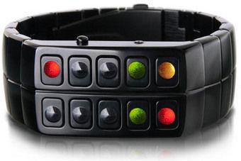 При нажатии кнопки, комбинация светодиодов показывает время и дату в четыре стадии