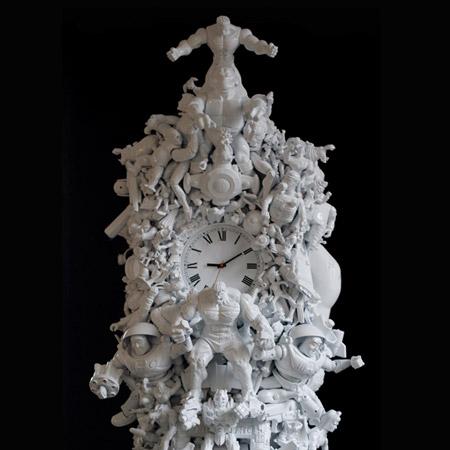 Лондонский дизайнер Ryan McElhinney (Райан Мак-Элхини) создал напольные часы из бракованных пластиковых игрушек