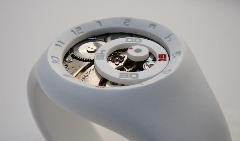Стрелки этих si-fi часов выполнены в виде кругов