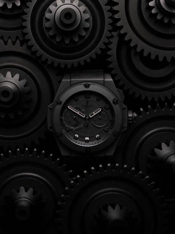 часы сняты на фоне деталей, которые относятся к мотоспорту
