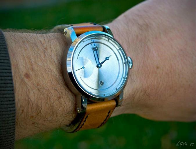 42 мм корпус первой модели KPM Watch выполнен из нержавеющей стали
