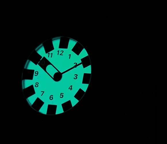 обозначения часов отпечатаны на оборотной стороне сапфирового стекла и становятся видимыми только, когда широкая часовая стрелка указывает на них