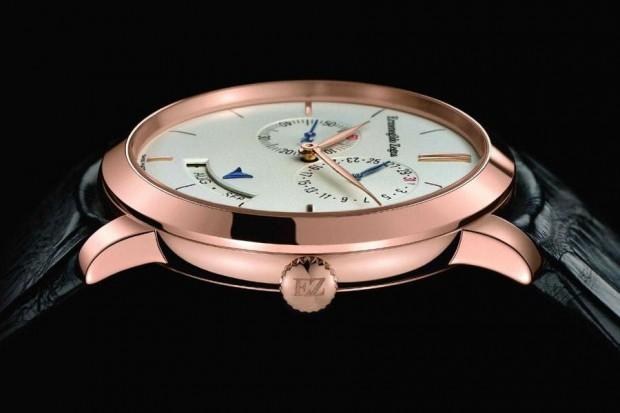 На круглом корпусе из 18-ти каратного розового золота расположен годовой календарь