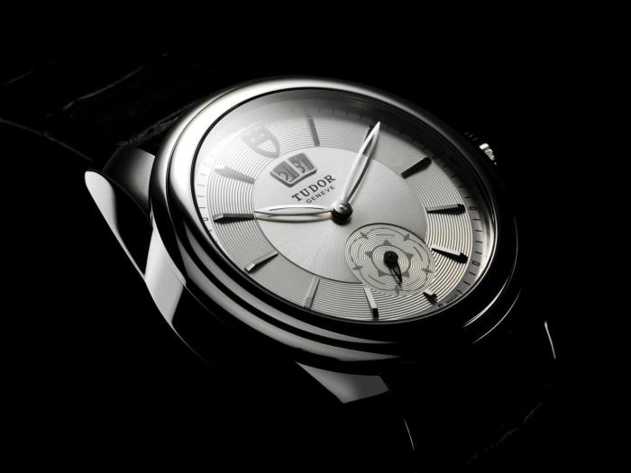 Циферблат новой модели предлагается в черной, серебристой и темно-серой цветовой гамме