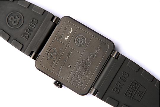 На оборотной стороне часов имеется логотип Infiniti и порядковый номер модели