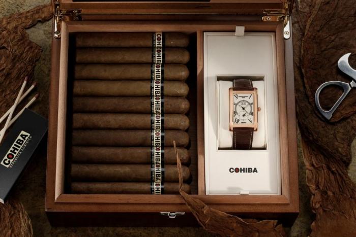 Часы отличаются классическим дизайном и представлены в коробке, в которой также можно хранить сигары и табак