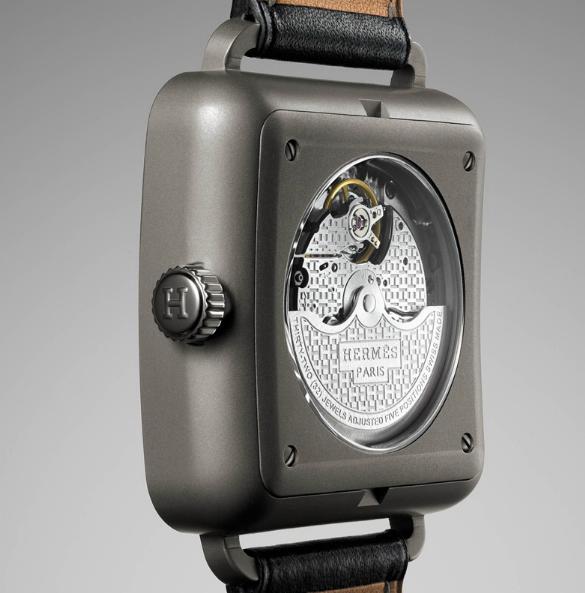 Титановый корпус размером 36.5мм x 36.5мм, механизм GP 3200 Sowind с автоподзаводом, сапфировое стекло с антибликовым покрытием