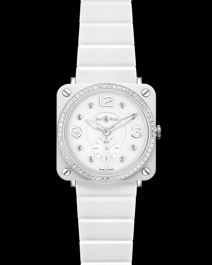 Часы существуют в нескольких вариантах – с черным или белым циферблатом