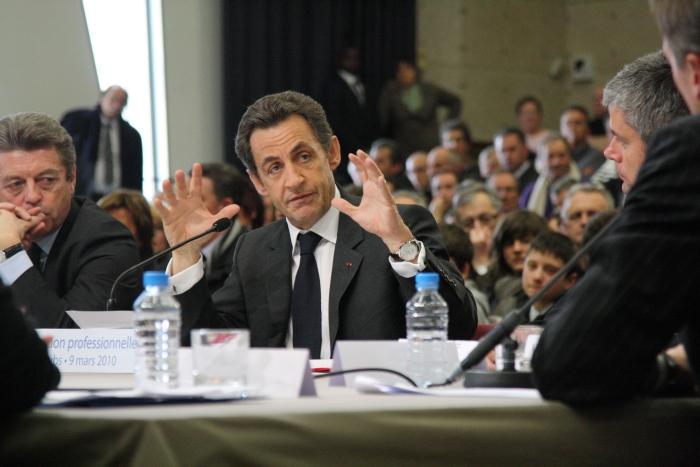 преподнесла в подарок первая леди Франции Карла Бруни своему мужу Николя Саркози