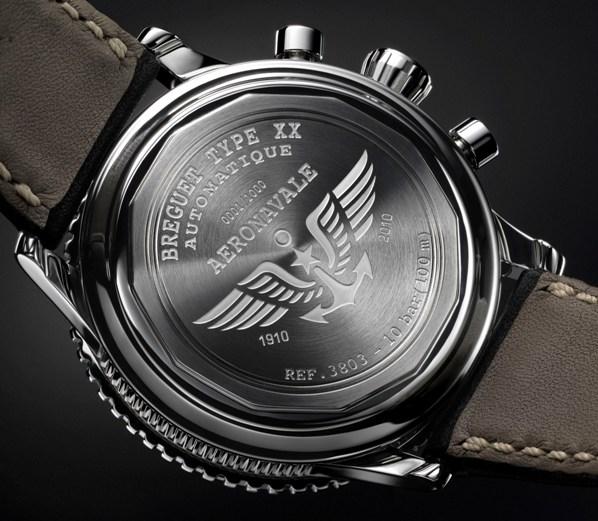 Часы имеют 39 мм  корпус с вращающимся лакированным безелем