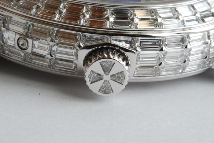 Золотой корпус хронометра украшают 220 бриллиантов в багетной огранке