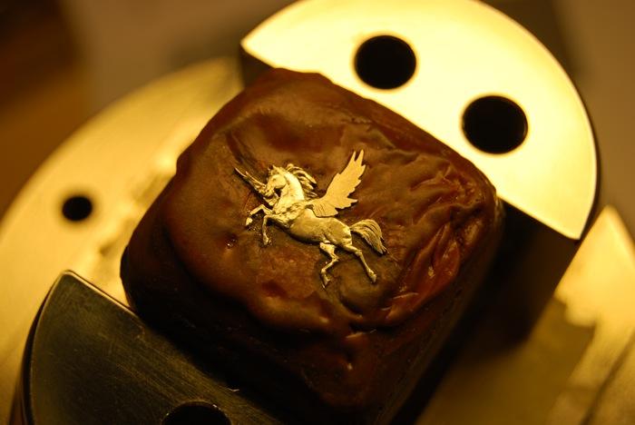 Главный декоративный элемент циферблата – фигурка Пегаса. Она вручную выгравирована на 18-каратном белом золоте