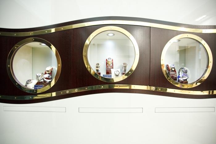 возможность ознакомиться с интерьером бутика и коллекцией часов, выставленных в его витринах