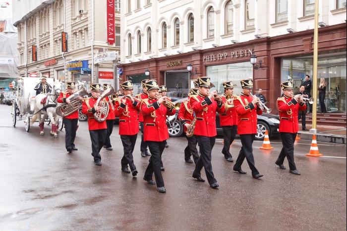 белоснежный конный экипаж, прибывший в сопровождении военного духового оркестра
