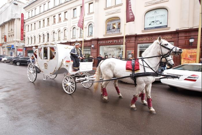 белоснежный конный экипаж Ulysse Nardin