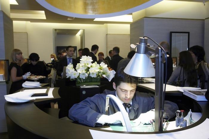 Концепция магазина-ателье, предполагает общение не только с продавцами, но и с настоящим швейцарским часовщиком