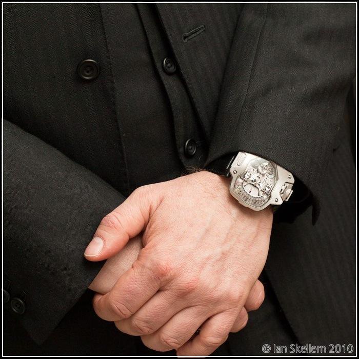 Футуристические часы Urwerk UR-110 Torpedo прекрасно сочетаются с классическим костюмом