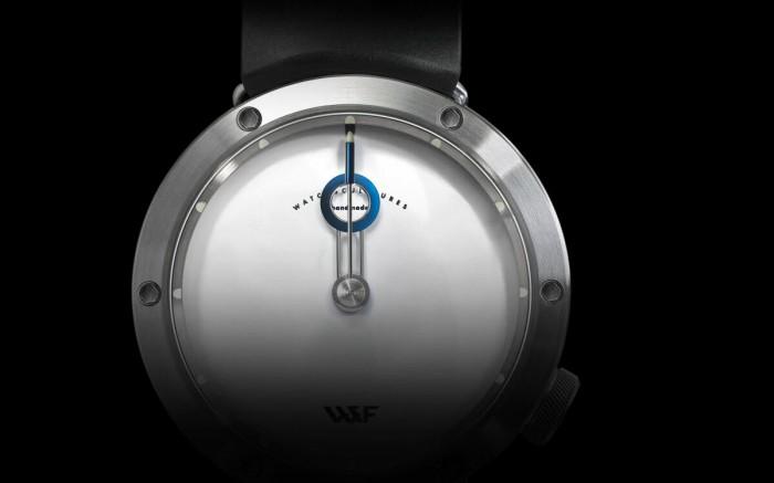 Белый циферблат украшает только фирменное лого W&F Atelier