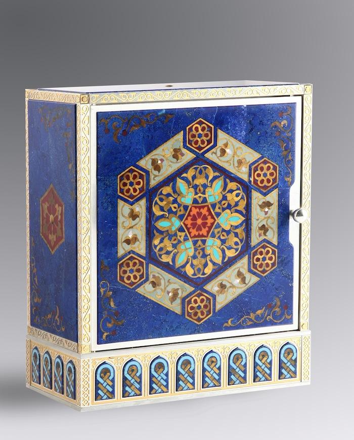 Корпус и циферблат выполнены с использованием серебра, золота, лазурита, бирюзы, агата и тигрового глаза