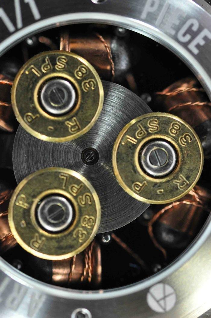 Циферблат декорирован шестью патронами Flobert с пулями калибром 6 мм