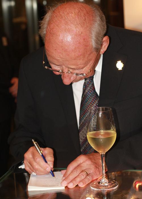 Курт Клаус раздает автографы ценителям часового искусства