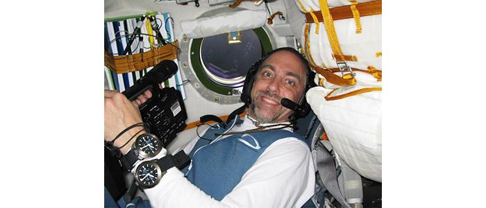 Ричард Гэрриот демонстрирует часы в космосе