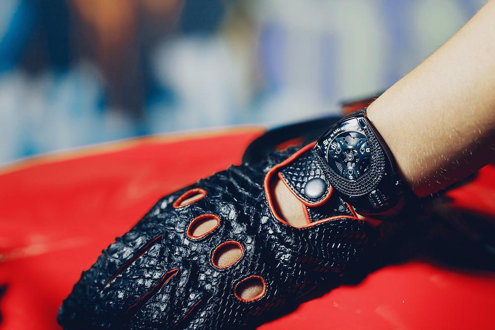 07-UR106_BlackDiamonds_wrist